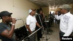Traore Salif alias Asalfo, à droite, chantent avec les autres membres du groupe musical ivoirien Magic System, 13 septembre 2007.