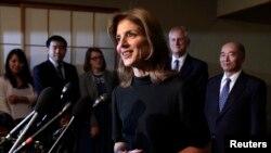 Duta Besar AS untuk Jepang yang baru, Caroline Kennedy, berbicara pada media dalam resepsi di rumah kediaman Duta Besar Jepang di Amerika (12/11). (Reuters/Yuri Gripas)