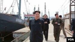 ຜູ້ນຳເກົາຫລີເໜືອ ທ່ານ Kim Jong Un ກຳລັງຢ່າງໃຫ້ຄຳແນະ ນຳ ຢູ່ທ່າເຮືອຫາປາແຫ່ງນຶ່ງ ໃນເກົາຫລີເໜືອ.