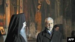 Predsednik Srbije Boris Tadić sa vladikom Teodosijem u manastiru Visoki Dečani 6. januara 2012.