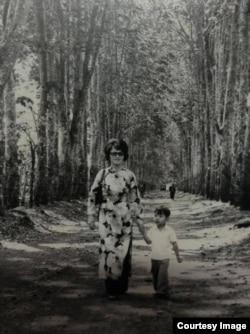 Nguyễn Thanh Việt và mẹ tại đồn điền cao su Ban Mê Thuột năm 1973. (Hình: Nguyễn Thanh Việt cung cấp cho Người Việt)