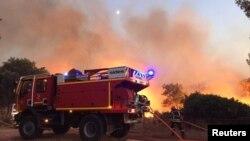 Petugas pemadam kebakaran berupaya memadamkan api di wilayah Var, kawasan selatan Perancis, 17 Agustus 2021. (SDMIS69/Handout via REUTERS)