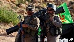 شام کی جنگ میں ایرانی حمایت یافتہ حزب اللہ کے جنگجو صدر اسد کی حکومت کے تحفظ کے لیے حصہ لے رہے ہیں۔ فائل فوٹو