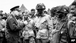 Ajzenhauer se obraća vojnicima pre Dana D (Foto: AP)