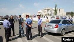 Investigadores y miembros de fuerzas de seguridad se reunieron cerca de la embajada china en Bishkek, Kirguistán, el martes, 30 de agosto de 2016. tors, Interior Ministry officers and members of security forces gather near the site of a bomb blast outside China's embassy in Bishkek, Kyrgyzstan, August 30, 2016.