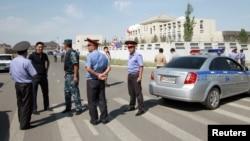30일 차량자폭 테러가 발생한 키르기스스탄 주재 중국 대사관 주변에 경찰과 보안요원들이 모여있다.
