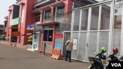 Pintu masuk menuju ruang pengunjung di Lapas Cipinang. (Foto: VOA/Sasmito)