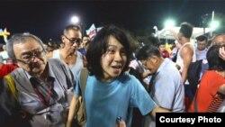 新加坡17岁网络作者余澎杉(中)(苹果日报图片)