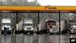Camiones en una gasolinera al norte de la ciudad de Atlanta. Nuevos estándares de consumo de gasolina los harás más eficientes.