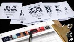 6일 미국 플로리다주 마이애미에서 진행된 취업박람회 현장에 의류 소매업체 '갭' 입사 홍보자료가 놓여있다.