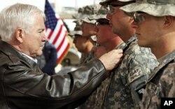 Remise de médailles à des soldats américains du poste avancé de Howz-E-Madad , dans la province afghane de Kandahar