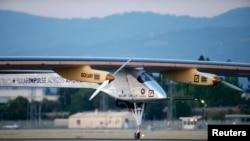Pesawat 'Solar Impulse' bertenaga surya mampu terbang dengan kecepatan 65 km per jam (foto: dok).