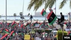 En Bengasi, los rebeldes libios rechazaron la propuesta de cese al fuego de la Unión Africana, porque no incluye la salida de Gadhafi.