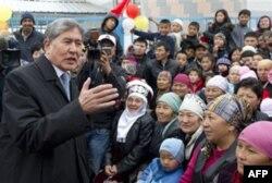 """Almazbek Atambayev muxolifat bilan til topishishni va'da qilgan. """"Mamlakat milliy va siyosiy murosa yo'lidan boradi"""",- deydi u."""