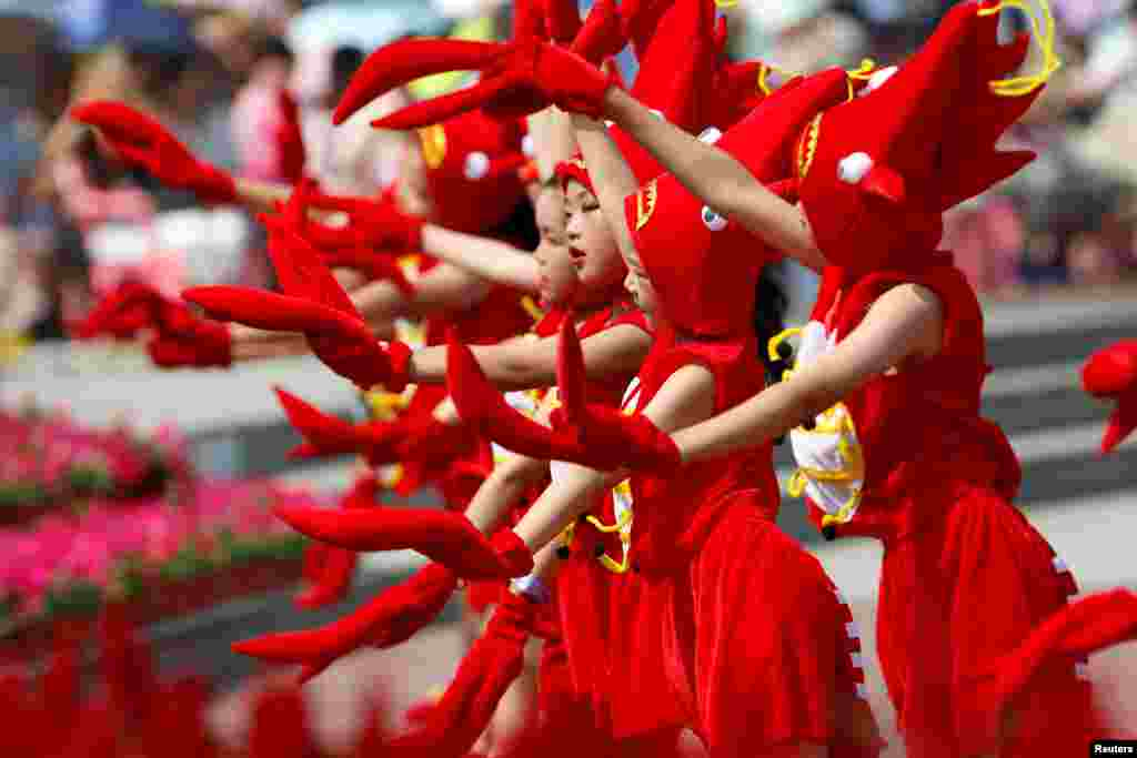 Children dressed in crayfish costumes perform during the opening ceremony of a crayfish festival in Xuyi, Jiangsu province, China, June 12, 2018.