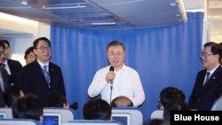 문재인 한국 대통령이 1일 주요20개국(G20) 정상회의를 마치고 뉴질랜드로 이동하는 기내에서 기자들과 만났다. 사진제공=청와대