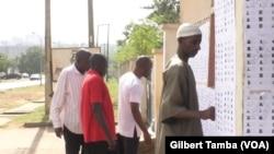 De jeunes électeurs devant un bureau de vote d'Abuja, le 8 novembre 2018.