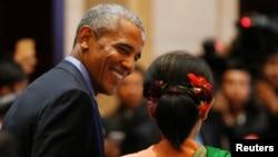 Presiden AS Barack Obama bersama Aung San Suu Kyi dalam KTT AS-ASEAN di Vientiane, Laos (8/9). (Reuters/Jorge Silva)