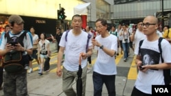 蘋果日報老板黎智英(持傘)與大律師李柱銘參加13年七一遊行(美國之音圖片/海彥拍攝)