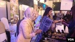 زیورات کے اسٹال پر خواتین کا رش