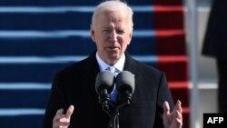 Presiden ke-46 Amerika Serikat, Joe Biden, memberikan pidato seusai diambil sumpah jabatannya di Gedung Capitol, Washington, D.C., 20 Januari 2021.