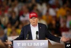 Chính sách di trú của ông Trump bao gồm việc trục xuất hàng triệu di dân không có giấy tờ cư trú hợp pháp, và xây một bức tường ở biên giới Hoa Kỳ-Mexico – một bức tường mà ông nói ông sẽ buộc Mexico phải trả tiền để xây lên.