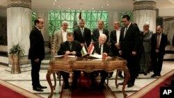 Šefovi pregovaračkih timova Hamasa i Fataha potpisuju sporazum o pomirenju u Kairu (12. oktobar 2017)