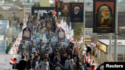 Irački studenti okupljaju se 31. decembra 2020. da obeleže godišnjicu ubistva visokog iranskog vojnog komandanta Kasema Sulejmanija i komandata iračke paravojske Abu Mahdija al-Muhandisa u američkim napadima.