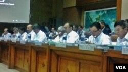 Menteri ESDM, Sudirman Said (ketiga dari kanan) beserta jajarannya saat rapat dengan Komisi VII DPR RI di Jakarta. Rabu 28/1 (foto: VOA/Iris).