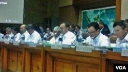 Menteri ESDM, Sudirman Said (ketiga dari kanan) beserta jajarannya saat membahas Freeport Indonesia dengan Komisi VII DPR RI di Jakarta. Rabu 28/1 (foto: VOA/Iris).