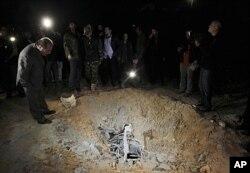 4月23日遭北约轰炸的卡扎菲大院附近的炮弹坑