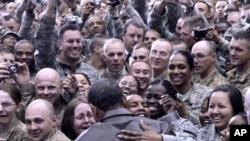 1DB센터 3일 아프가니스탄 바그람 공군기지에 깜짝 방문한 바락 오바마 미국 대통령(사진중앙)이 군인들의 열렬한 환영을 받고 있다.