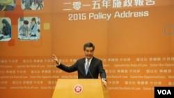 香港特首梁振英最近發表施政報告,提出放寬中國大陸人才留港工作等人口政策 (美國之音湯惠芸拍攝)