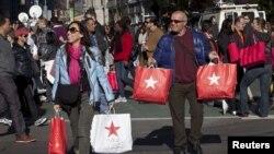 Miles de clientes se preparan para acampar frente a las tiendas.