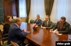 Ambasador SAD Entoni Godfri na sastanku sa ministrom unutrašnjih poslova Nebojšom Stefanovićem (izvor: sajt MUP-a)