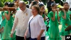 菲律宾总统阿基诺在总统府马拉坎南宫欢迎智利总统米歇尔-巴切莱特的到访。