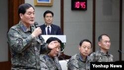 8일 한국 국방부에서 최근 추락한 소형 무인기 3대에 대한 한미공동조사 결과를 발표한 가운데, 이성열 합참 전략무기기술정보과장이 기자들의 질문에 답하고 있다.