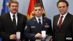 Los dos condecorados, el civil Lamar Joseph Connor (izq.) y el sargento Trevor Donnald Brewer (centro).