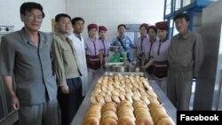 영국의 민간단체 '북녘 어린이 사랑'이 지난달 방북해 빵 공장 운영현황을 둘러보고 밀가루와 설탕 40여t을 지원했다고 밝혔다. 이 단체의 조지 리 대표(가운데)가 북한 빵공장을 방문한 사진을 페이스북에 공개했다.