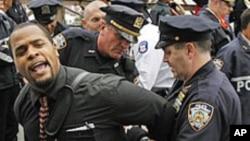 ویډیو: نیویارک کې د والسټریټ خلاف په سلهاوو مظاهره کوونکي نیول شوي