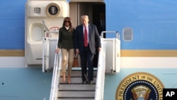 Президент Дональд Трамп и первая леди Мелания Трамп спускаются по трапу самолета в аэропорту Прествик в Эйршире, Шотландия, 13 июля 2018 года