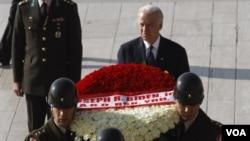 El vicepresidente Joe Biden depositó una ofrenda floral en el mausoleo de Kemal Ataturk, fundador de la Turquía moderna.