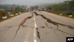 Ðường xá bị thiệt hại vì động đất ở Miến Ðiện, ngày 25 tháng 3, 2011