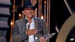 George Strait acepta el premio de Artista del Año en la 47a. ceremonia anual de los premios a la Música Country.