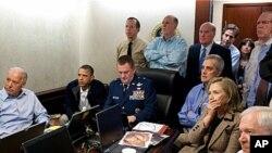 백악관에서 알카에다 지도자 오사마 빈 라덴을 사살하는 장면을 지켜보는 오바마 대통령과 측근들