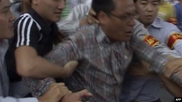 Công an bắt giữ người biểu tình gần Đại sứ quán Trung Quốc ở Hà Nội, ngày 10/7/2011