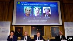 El Comité del Nobel muestra la laminilla de los tres ganadores del Premio Nobel de Economía 2013, otorgado a tres estadounidenses.