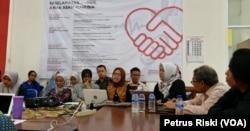 Para pakar hukum dan HAM Universitas Airlangga Surabaya berdiskusi menanggapi polemik rencana pemulangan ex WNI pendukung ISIS (Foto:VOA/ Petrus Riski).