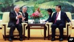 Ngoại trưởng Mỹ Rex Tillerson (trái) hội kiến Chủ tịch Trung Quốc Tập Cận Bình tại Đại sảnh đường Nhân dân, ngày 30 tháng 7, 2017, ở Bắc Kinh, Trung Quốc.