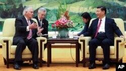 د امریکا د بهرنیو چارو وزیر ریکس تیلرسن د چین د جمهور رئیس شي جن پینگ سره د خبرو پر وخت